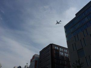天神地区上空を飛ぶ飛行機