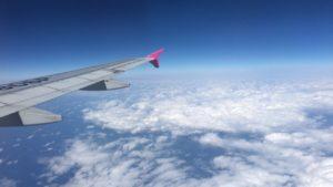 飛行機の翼と雲