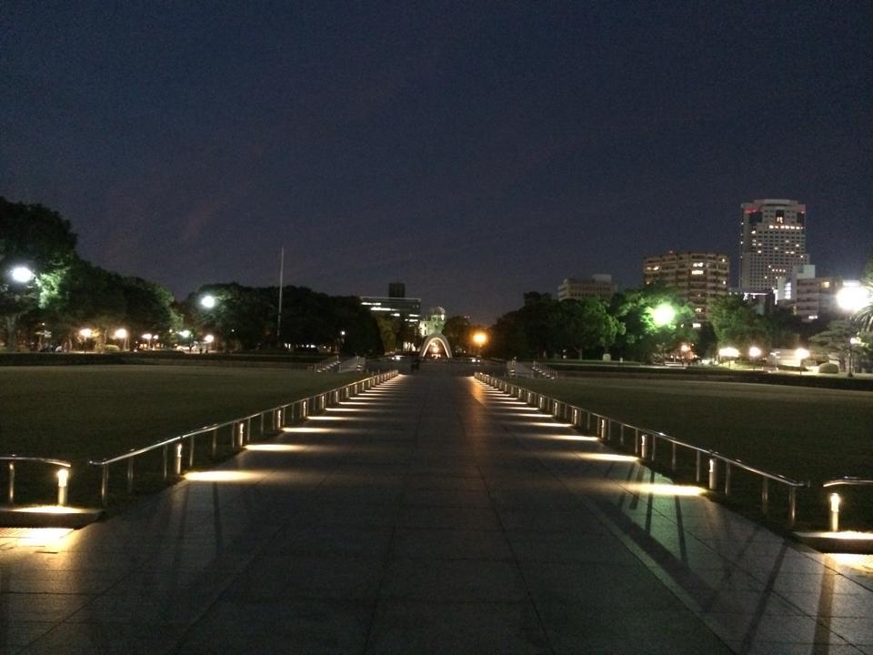 夜の広島平和記念公園