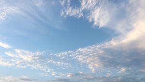 空と雲が晴れていくイメージ