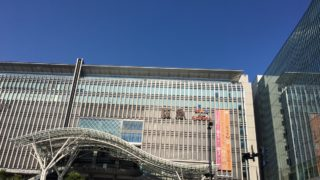 快晴のJR博多駅